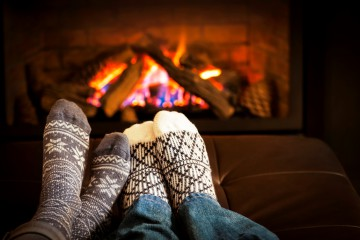 feet-in-winter-socks-before-fireplace