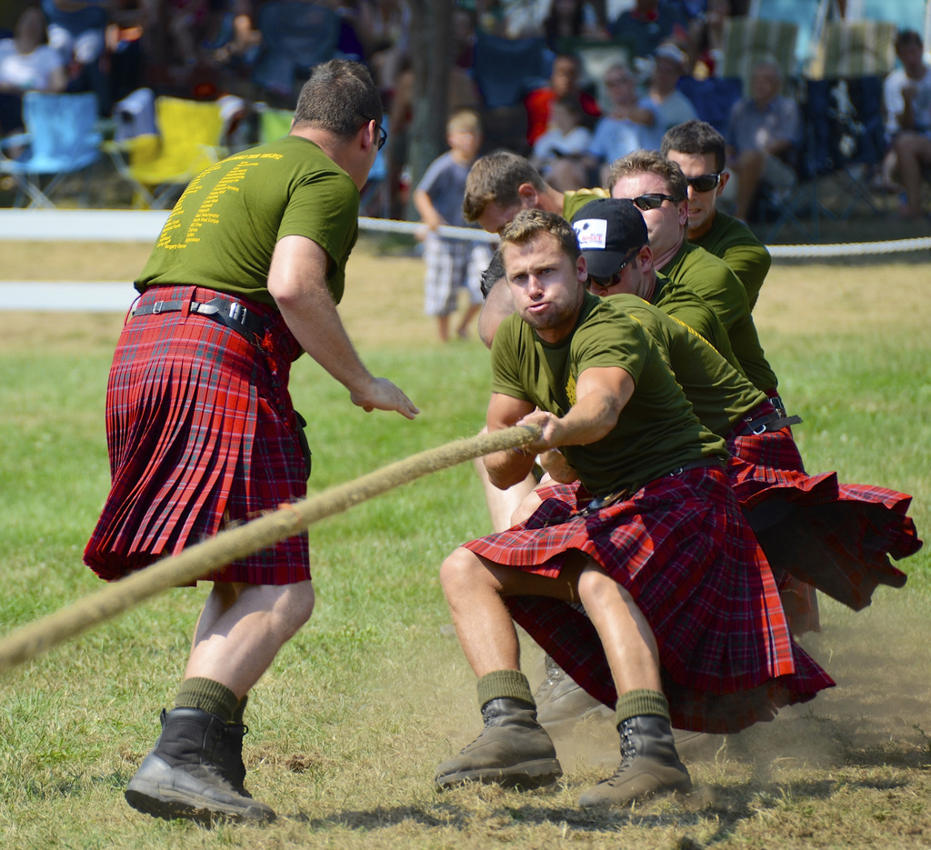 http://spice4life.co.za/wp-content/uploads/4001-5000/pulling_for_their_regiment_at_the_glengarry_highland_games.jpg